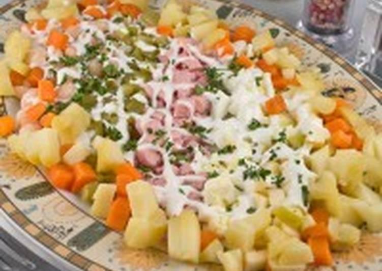 Салат с овощами, сардельками и фасолью