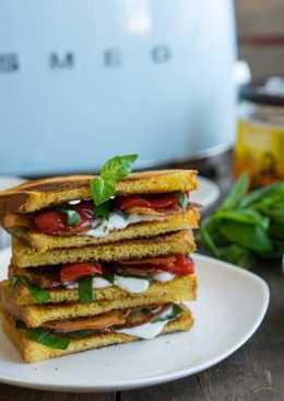 Идея завтрака: тосты с беконом и базиликом