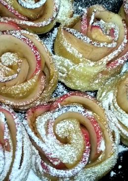 Розы из яблок в слоеном тесте