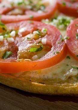 Неаполитанская пицца со свежими помидорами