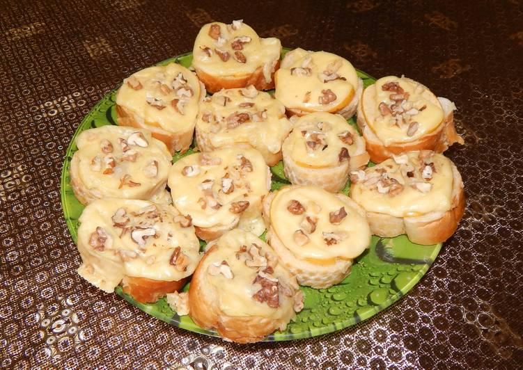 Тартинки с сыром, яблоком и орехами