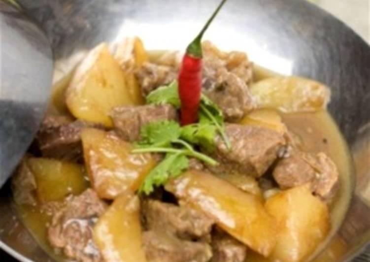 Тушеная баранина под белым вином с маслинами и картофелем