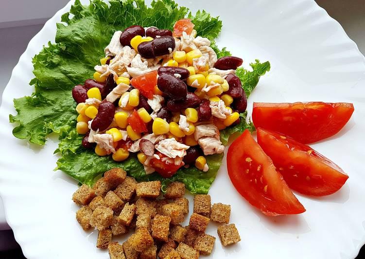 Салат с фасолью помидорами и сухариками чесноком