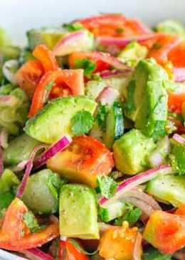 Салат с помидорами, огурцами и авокадо
