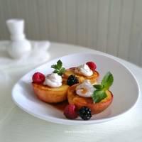 Запечённые персики с кремом из рикотты, мятой и свежими ягодами