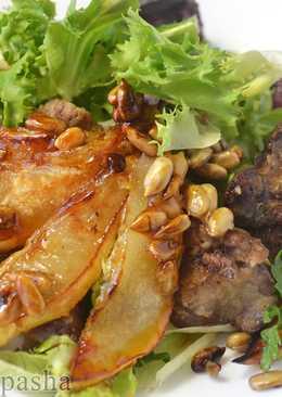 Теплый салат с куриной печенью, карамелизованой грушей и семечками