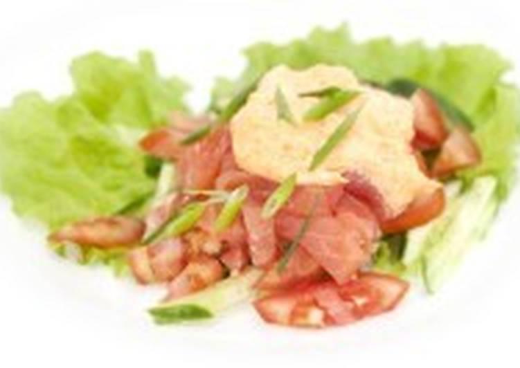 Салат постный с копченым лососем, луком и помидорами