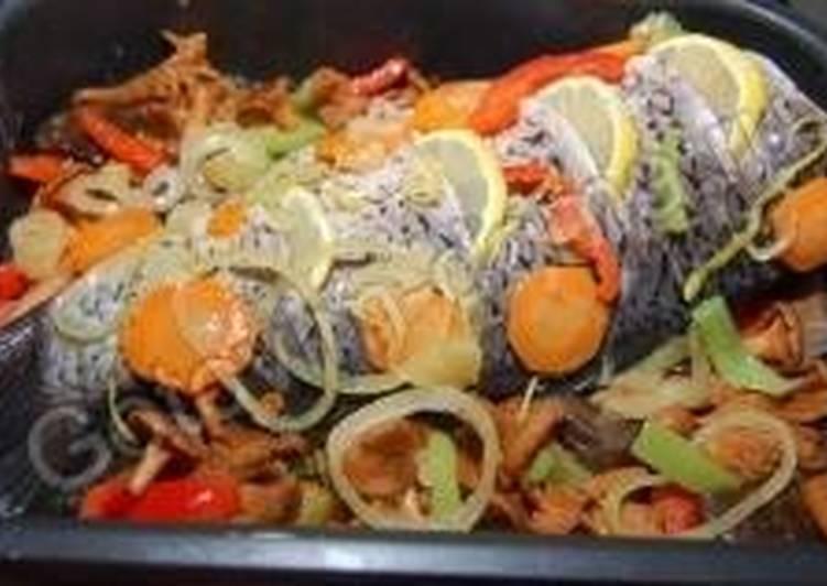 Карп по-монастырски с овощами, грибами и лимоном