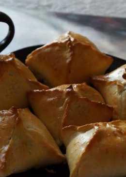 Пирожки из несдобного теста с творогом и черносливом