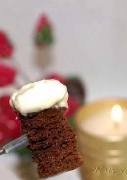 Ванильное шоколадное фондю с шоколадным бисквитом из микроволновки