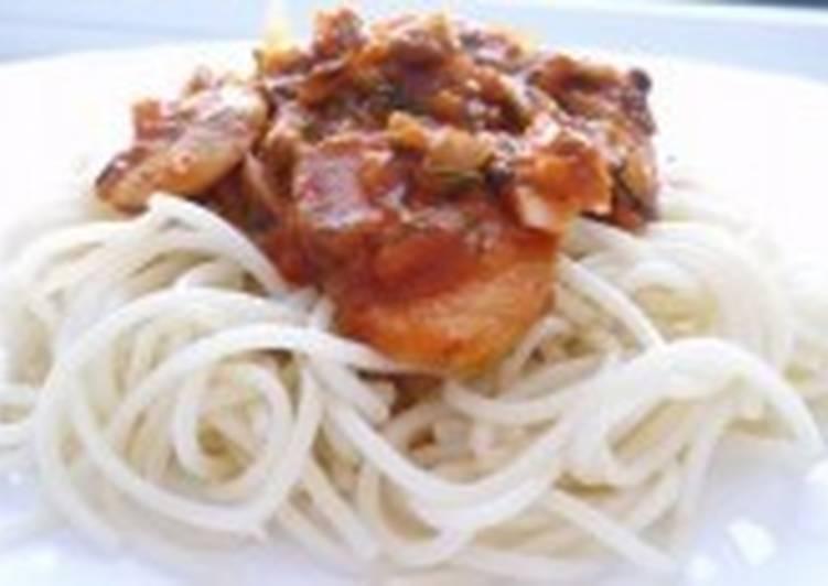 Спагетти с грибами и томатным соусом