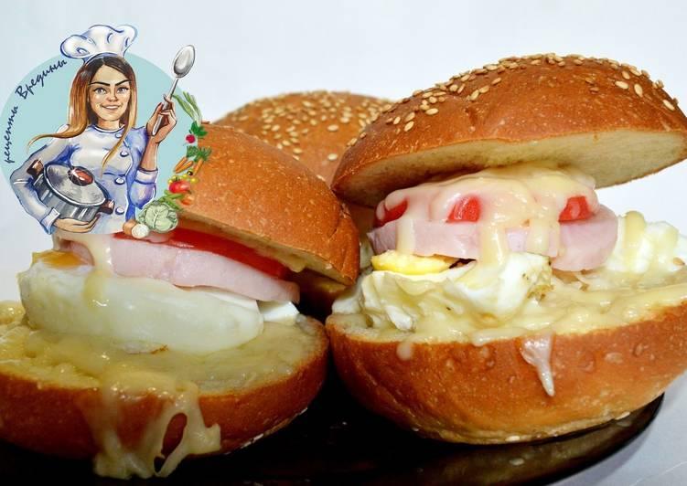 Бургер с яйцом на завтрак