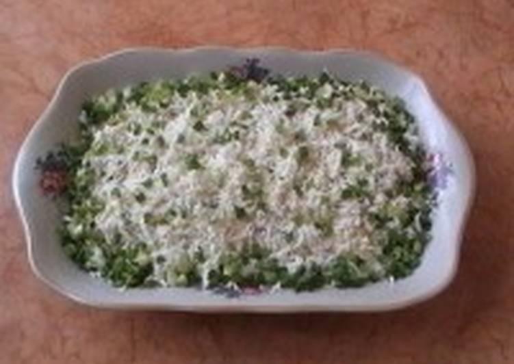 Салат из картошки, селедки и черного хлеба