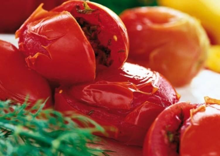 Фаршированные сельдереем незрелые помидоры