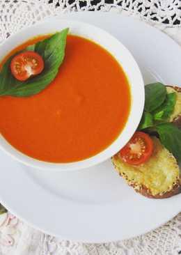 Суп-пюре из томатов с базиликом и гренками с пармезаном