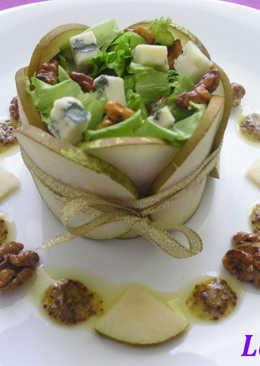 Салат с горгонзолой, грушами и грецкими орехами в медовой глазури#чемпионатмира#франция