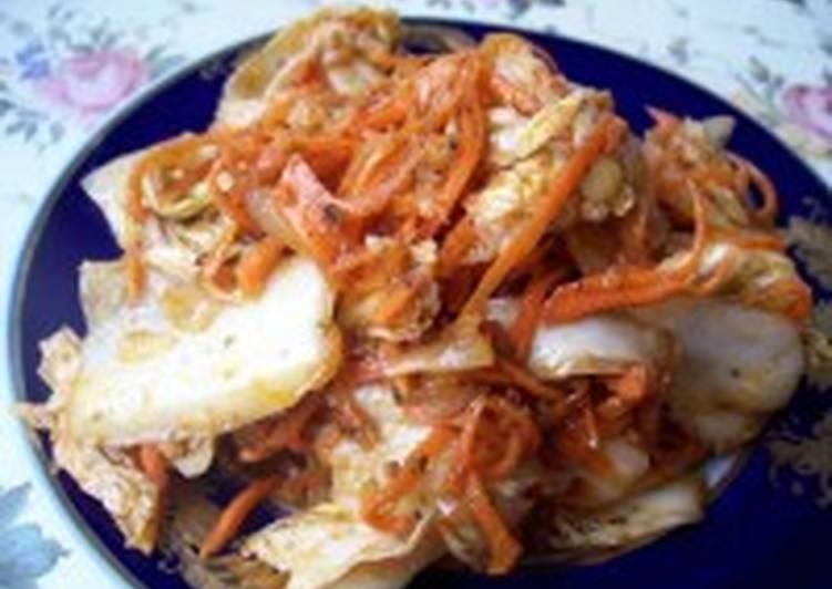 Салат из пекинской капусты, копченой рыбы и лука