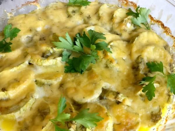 Кабачки под сыром в сметанном соусе в духовке