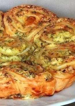 Наивкуснейший закусочный пирог, который легко можно разобрать на порционные булочки-завитушки