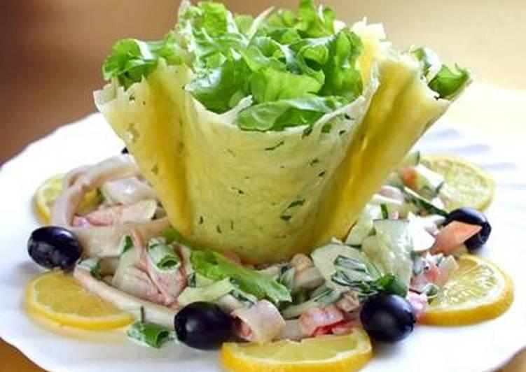 Салат из кальмаров с сырной «корзинкой»