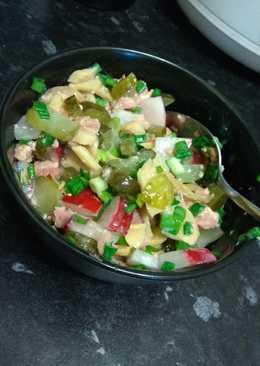 Салат с тунцом, солёным огурцом и шампиньонами