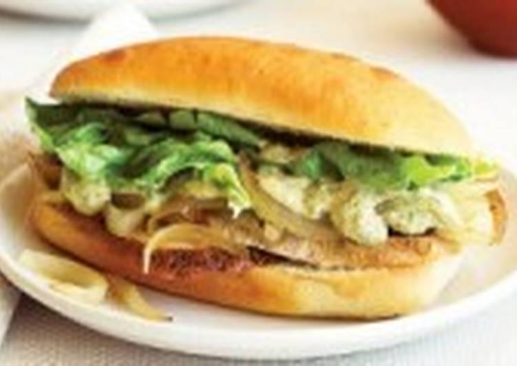 Диетические луковые бутерброды с брынзой