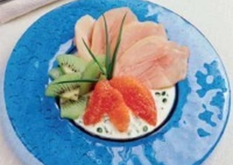 Салат с курицей и фруктами на апельсиновом соусе