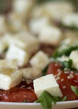 Салат с жареным арбузом и сыром