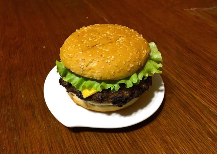 Домашний бургер с соусом барбекю