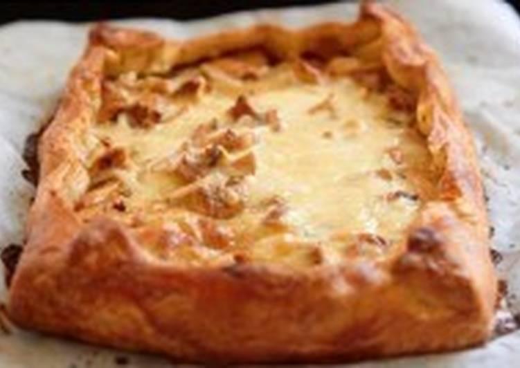 Пирог с грибами, сыром и сметаной