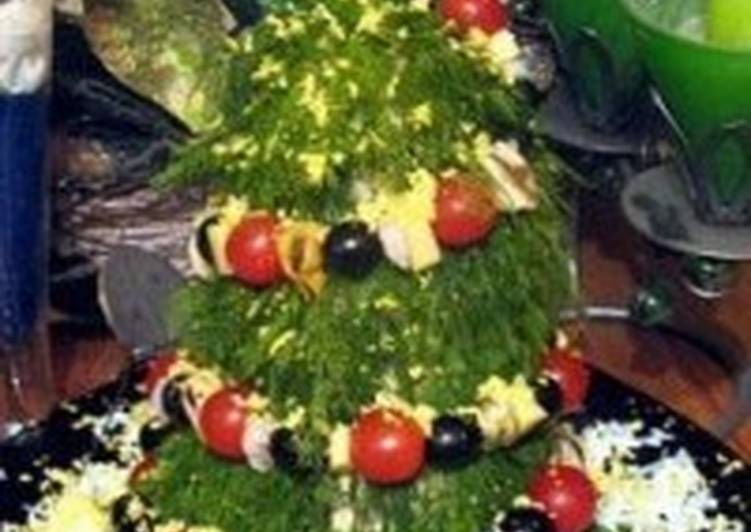 Новогодняя ель из батона и салата с орехами