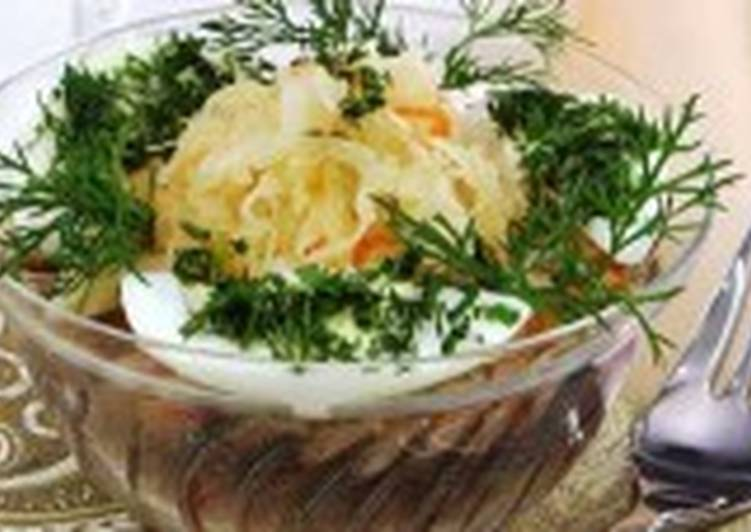 Салат из квашеной капусты с сельдью