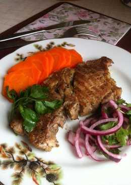 Свиной стейк с гарниром из моркови