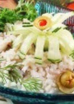 Салат с консервированной рыбой и рисом