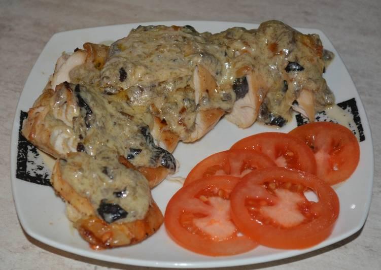 Вкуснейшее, нежное, и сытное куриное филе с грибами под сырно-грибным соусом