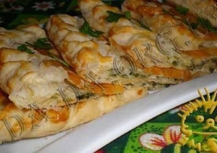 Пирог из слоеного теста с сыром и зеленью