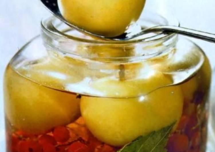 Яблоки, маринованные с красной смородиной