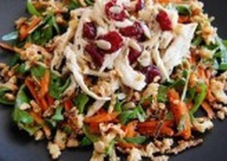 Салат с цыпленком, овощами и рукколой