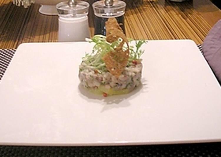 Тартар из сельди, поданный на жареном картофеле