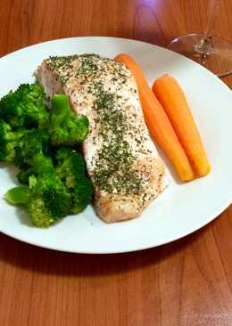 Форель сочная в духовке с морковью и брокколи