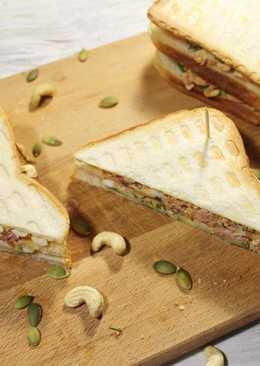 Клаб - сэндвич с тунцом. Вкусный бутерброд с тунцом, яйцом и орешками