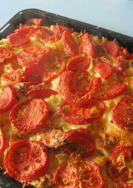 Простой рецепт пиццы с колбасой, помидорами и сыром