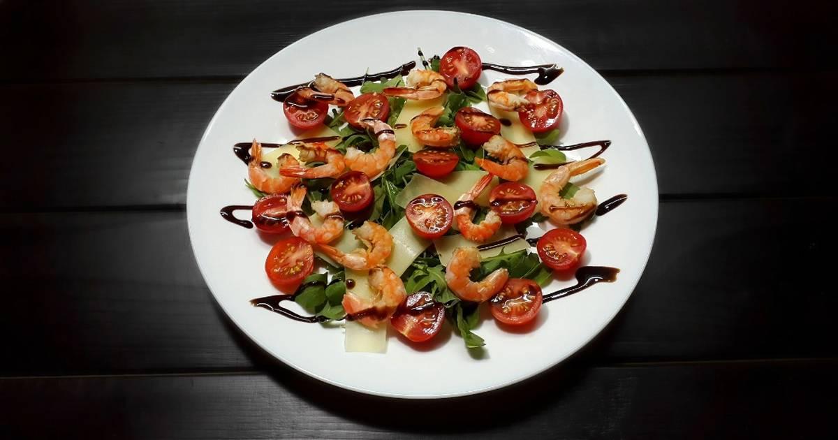 Салат с креветками и кедровыми орешками