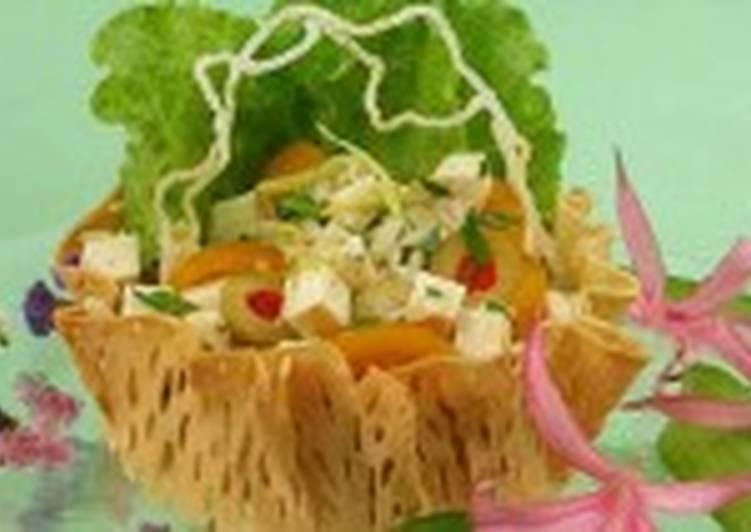 Салат с кус-кусом и лососем