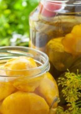 Моченые патиссоны с лимонником и яблоками