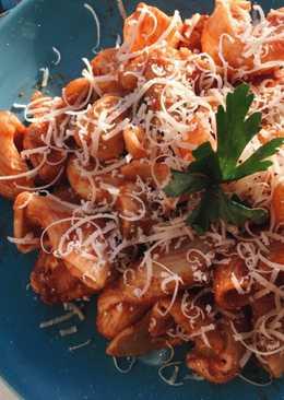 Простая паста с курицей и грибами