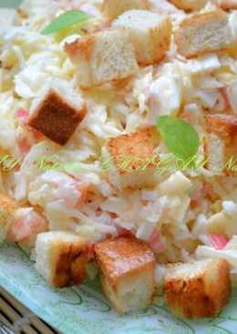 Салат с капустой, красной рыбой и сухариками