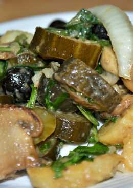Теплый салат по-деревенски с чесночно-горчичным соусом