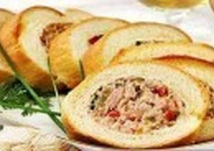Батон, фаршированный салатом с колбасой
