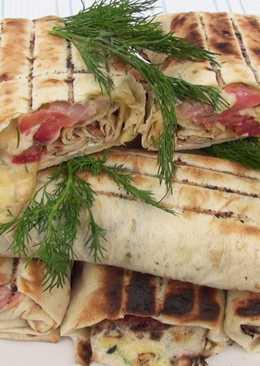Горячие рулеты с беконом и сыром в лаваше